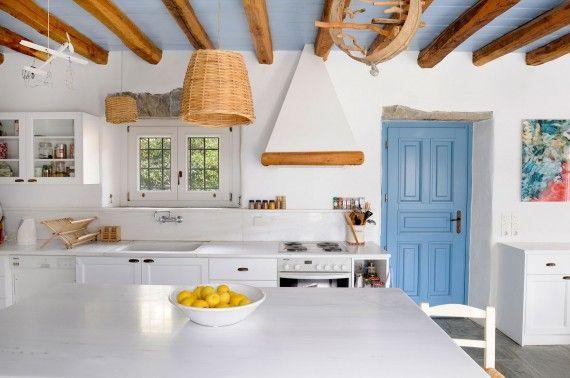 cozinha rustica teto madeira aparente casa de praia