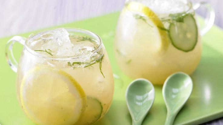 perfekte Abkühlung: Zitrus-Gurken-Bowle mit Minze | http://eatsmarter.de/rezepte/zitrus-gurken-bowle