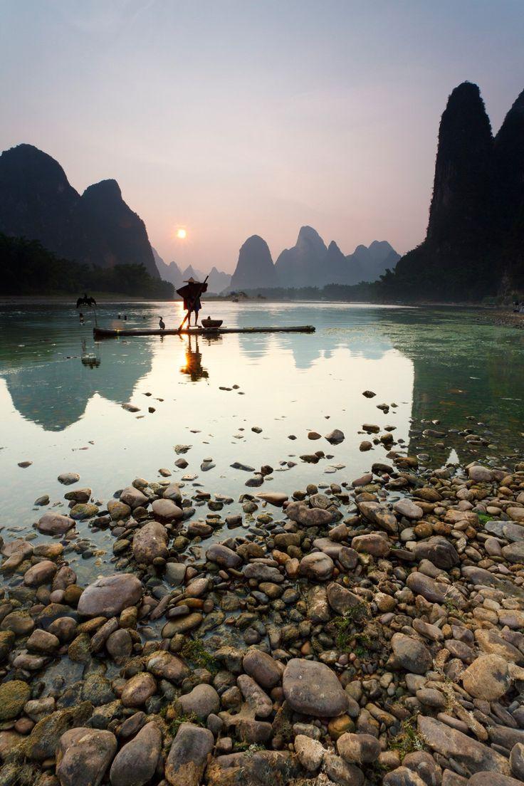 Da China Li River é conhecido por seus picos irregulares de calcário, riachos borbulhantes, búfalo de água e pesca corvo-marinho.