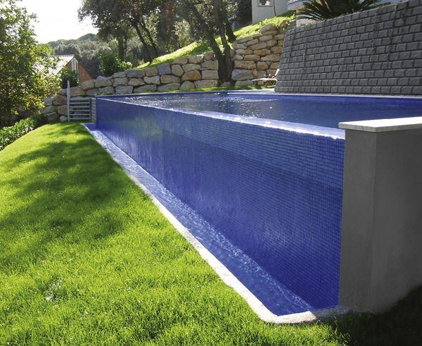 piscina con cascada de gresite azul claro niebla 3003