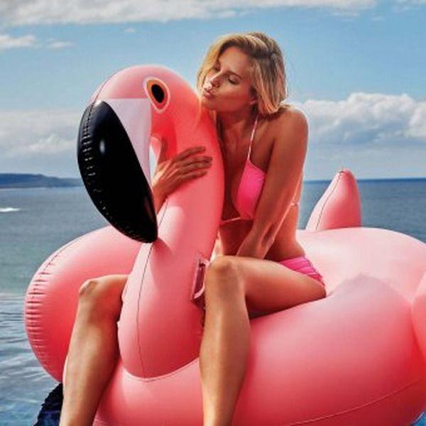 Aufblasbarer Flamingo - Pretty in pink! Der aufblasbare Flamingo ist das Must-have dieses Sommers . Packen Sie Ihre Badehose ein und genießen Sie das faule Leben mit dem Flamingo . Der vertiefte Sitz ermöglicht ultra-bequemes Relaxen . Ob im Pool, im See oder am Meer – der außergewöhnliche XL-Flamingo ist überall ein Blickfang. aufblasbarer Flamingo langlebiges PVC vertiefter Sitz inkl. Reparatur-Kit Die Badesaison ist eröffnet!