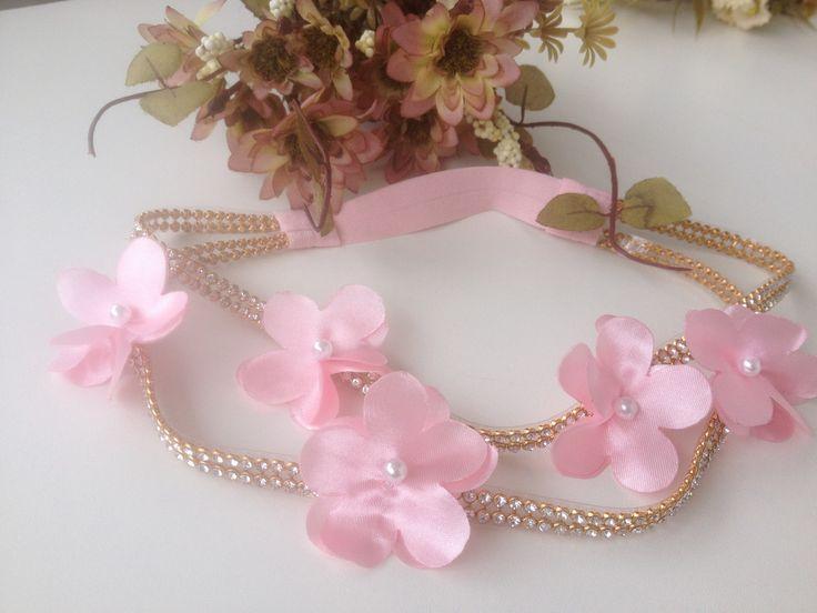 faixa head band de strass dourado com lindas flores brancas ou a cor q vc desejar!!!, modelo EXCLUSIVO!!!  Favor informar a medida da cabeça. ou a idade na hora da compra