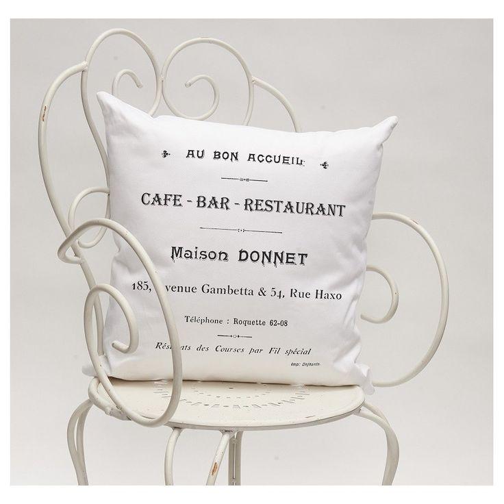 Dekoracyjna poduszeczka Cafe Bar marki French Home wykonana z wysokiej jakości bawełny , w kolorze białym zdobiona czarnymi napisami. Doskonały dodatek do salonu lub sypialni.