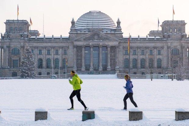Schön weiß: Jogger ließen sich am Morgen nicht vom Schnee abhalten.