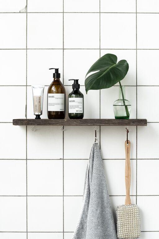 Ev liten extra hylla m krokar under i duschnischen (för liten handduk, borste m m)