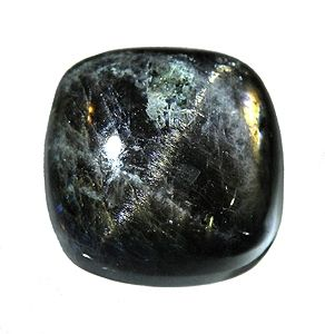 Pedra da Lua preta, rolada.Muitos usam a Pedra da Lua preta para tranquilidade e enraizamento, introspecção e aspectos femininos. Mas, a Pedra da Lua preta pode servir para bem mais, como cristal de protecção e limpeza. Pessoalmente, considero esta pedra como extremamente boa para descarregar e limpar energia densa, quer nossa ou envolvente.