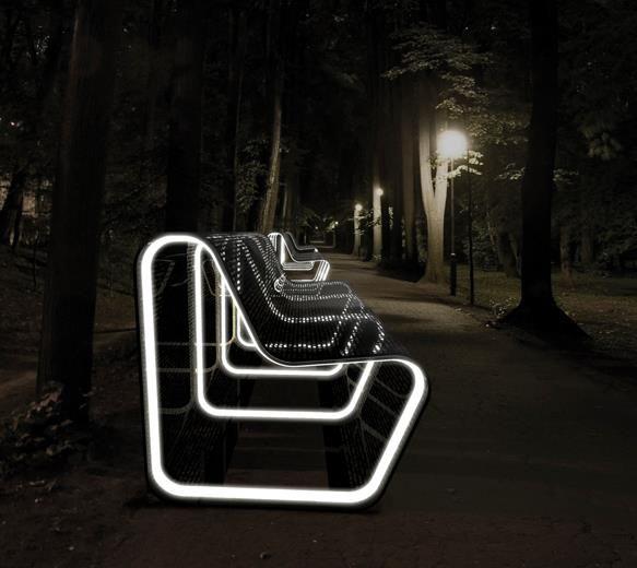 Increíble idea para instalar el plazas públicas. Banquillos con tecnología LED y recargados con energía solar gracias a sus paneles solares.