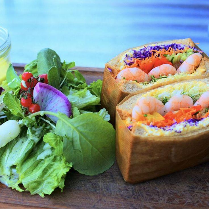 大阪北浜にある人気のカフェ「ノースショア(NORTHSHORE)」にはおいしくて体にも気を使った健康的なメニューがたくさん揃っています。特にサンドイッチはインパクト抜群!具だくさんの断面がきれいでとってもおいしそうです♪