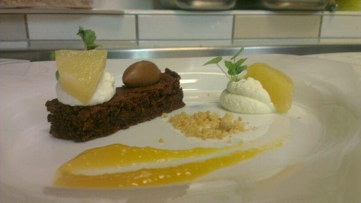 Dessert: Zelfgemaakte brownie met caneletje karamel, gemarineerde ananas, crumbel en hangop.