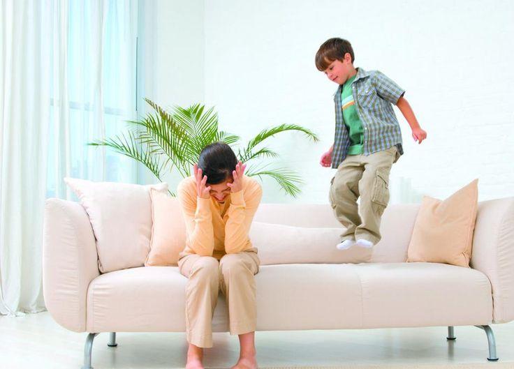 Поведение ребенка в незнакомом месте Каждой маме хорошо знакома следующая ситуация: вы приходите со своим ребенком в гости или какое-то новое для него место (поликлиника, кафе, банк), и малыш теряет голову.  Кажется, будто он специально хочет взять именно то, что брать нельзя, идет туда, куда нельзя, швыряет хрупкие предметы.  Другими словами, ведет себя прямо противоположно желаемому. http://papinbag.ru/?m=5703