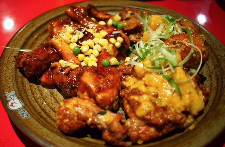 La Corée, tout comme le Japon, cultive l'art culinaire. Cependant, elle est adepte d'une cuisine plus relevée où piment et ail sont très souvent présents. Découvrez le Dak gangjeong - le poulet frit coréen.