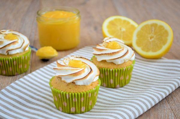 Recept voor het maken van lemon meringue cupcakes. Heerlijke citroen cupcakes, gevuld met lemon curd en afgewerkt met Italiaans schuim.