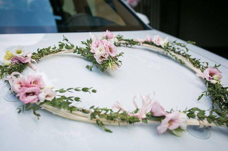 Květinová výzdoba auta nevěsty z živých květů.