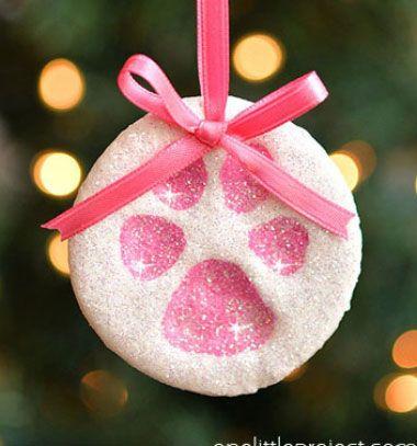 Paw print salt dough ornaments // Só-liszt gyurma mancslenyomat karácsonyfadíszek // Mindy - craft tutorial collection // #crafts #DIY #craftTutorial #tutorial #CraftsForPets