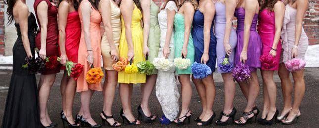 Anima las fotos con muchos colores diferentes... vistiendo a las damas de honor o a tus mejores amigas con diferentes tonos