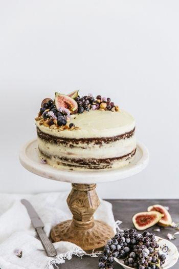 果物やケーキをテーブルの真ん中に♪美味しい盛り付けが叶う、脚つきのお皿 | キナリノ