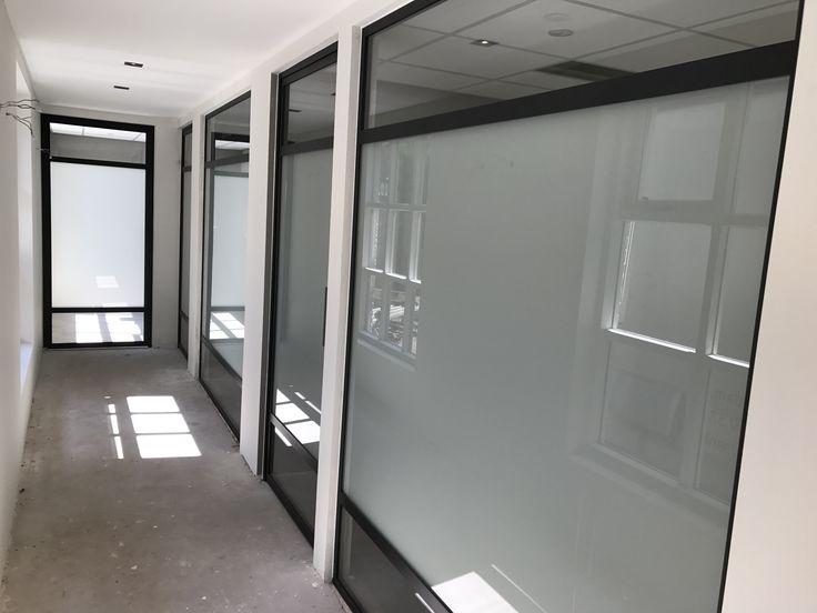 Stalen deuren en panelen met 3 vlakken en gematteerd glas.  Geplaatst en gemonteerd door Mijn Stalen Deur
