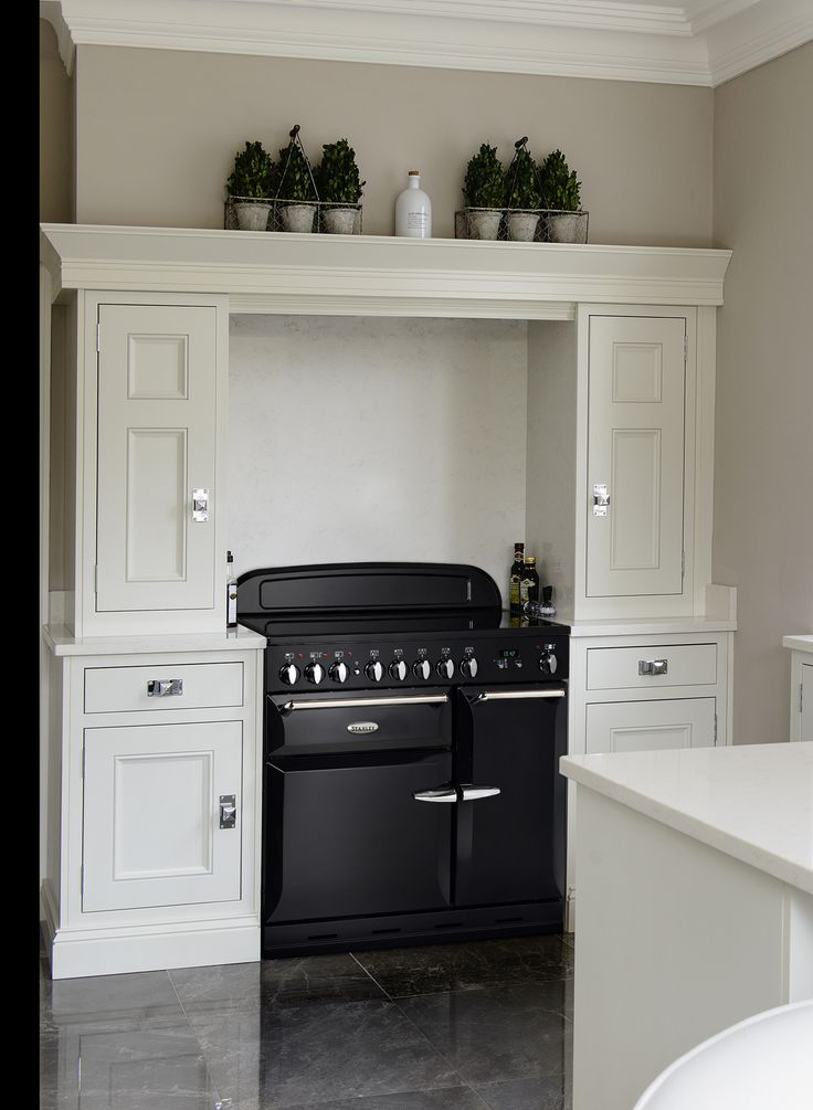 The Supreme Deluxe 90cm Range Cooker displays timeless design quality that enables it to fit in to any style of kitchen