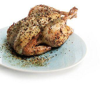 De Caribische kip wordt gevuld met een mengsel van citroenpartjes en Caribbean Spice en gemarineerd met honing, boter en Original Spices Caribbean Spice.