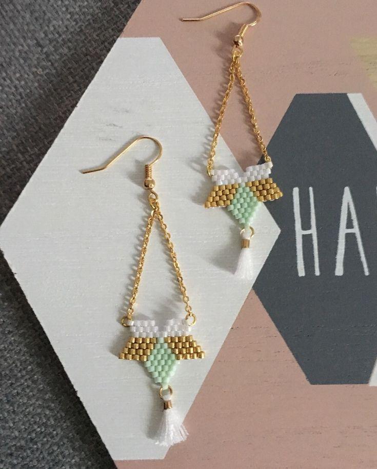 Boucles d'oreilles élégantes fleur étoile blanc, or et vert pastel en perles Miyuki Delicat et pompon blanc