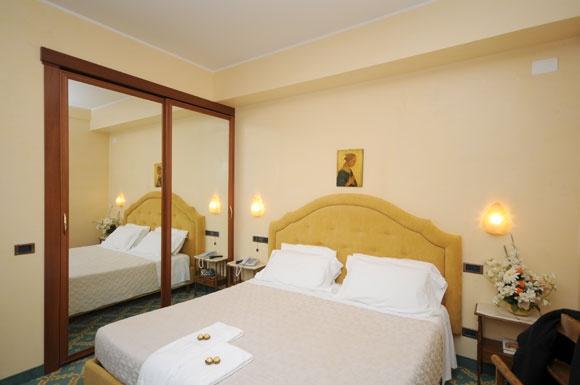 Grand Hotel Excelsior a Chianciano Terme. Alla categoria superior appartengono le stanze dotate di balcone privato con panorama vista parco o vista valle, sono provviste di tv al plasma da 32''. Tutti i bagni sono rivestiti con travertino toscano, mentre le camere sono disponibili con parquet o moquette.