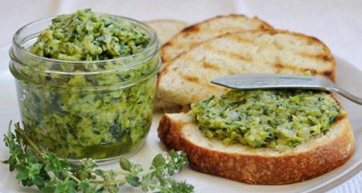 Een heerlijk gezond en makkelijk te maken lunch recept is deze Courgette boter. Het is een spread voor op brood bijvoorbeeld en heel makkelijk te maken.