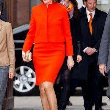 Koningin Mathilde toont lef met felrood mantelpakje - Vorsten