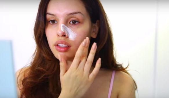 ABC Greek-News:  Παίρνει την oδοντόβουρτσα και αρχίζει να την τρίβει στη μύτη της. Κάντε το κι εσείς και θα σας απαλλάξει από ένα «ενοχλητικό» πρόβλημα!