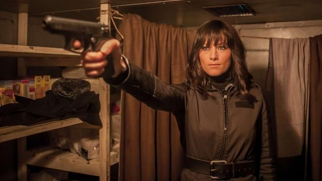 """Statt Mikro hält sie eine Waffe in der Hand. Til Schweiger zu BILD: """"Die Pistole hat sie bedient als wäre sie damit zur Welt gekommen"""""""