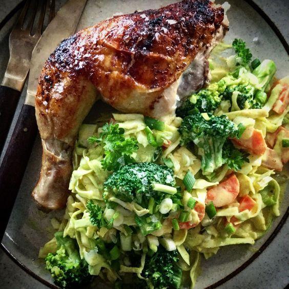 Sense kur madplan onsdag: Helstegt kylling og karry kål Helstegt kylling, er noget af det bedste jeg ved, der er så meget smag, og skøn sprød skind... og er vejret til det bliver den altid lavet på grillen.... Heldigvis er vores datter også vild med kylling stegt på ben..... min dejlig....