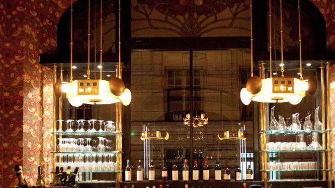 Logé dans l'ancien réfectoire des dames des PTT, les restaurant Les Climats s'est refait une beauté orchestrée par la décoratrice franco-américaine...