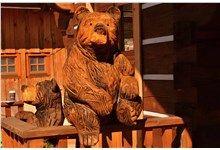 Dřevěná socha - sedící medvěd. Realizace Sruby Pacák s.r.o.
