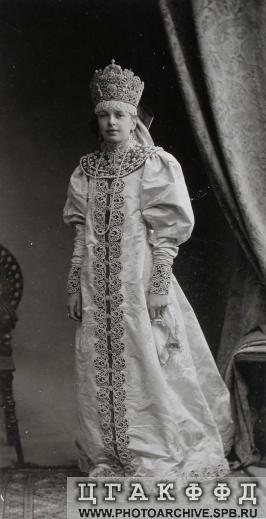 Фрейлина О.П.Баранова в платье для исполнения на бале