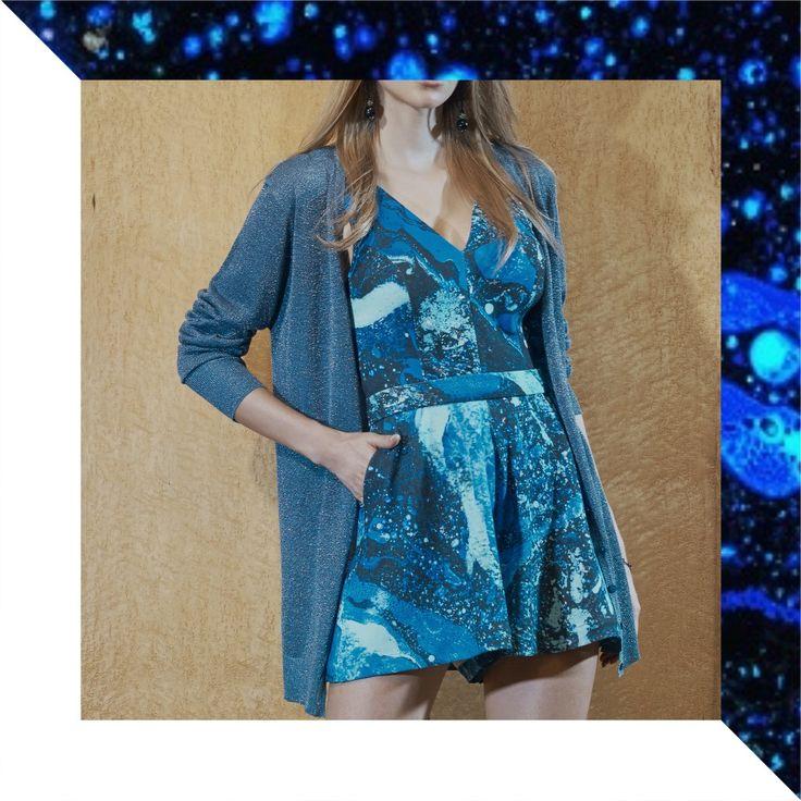 Close up! Look casual charmosíssimo: Jumpsuit Estampa Estelar + Cardigã Metalizado Inverno RS17💙✨    #reginasalomao #inverno17 #print #estampa #pantone #azul #blue #fashiontrends #fashioncolors #estelar #metalizado