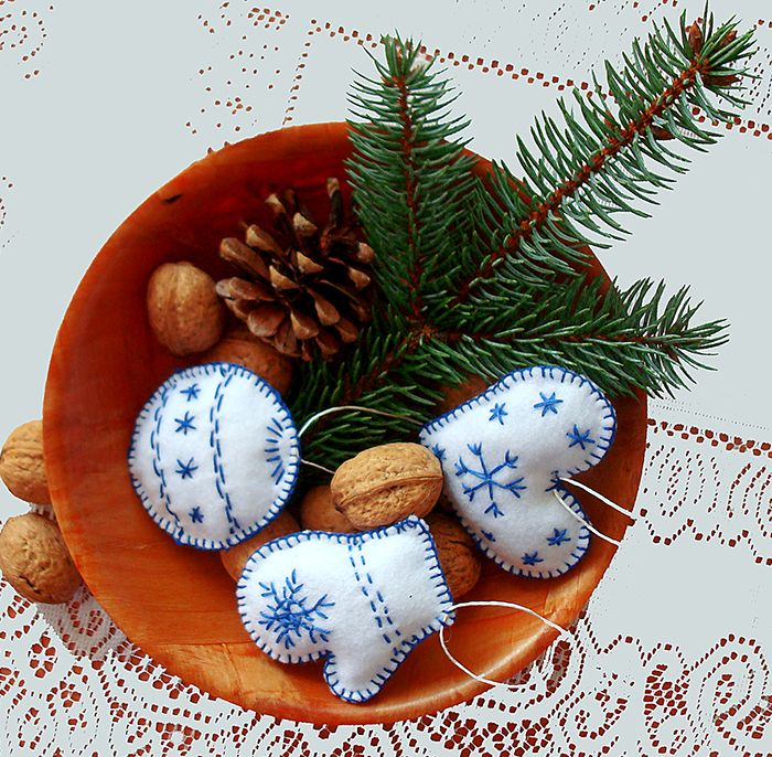 Vánoční ozdoby ručně vyšívané - 3 kusy Vánoce tu budou co by dup! Mysleme na ně včas! Ozdobičky ve tvaru srdce, vánoční baňky a Santovo rukavice jsou ručně šité a vyšité z bílého filcu modrou bavlněnou přízí. Ozdobičky jsou oboustranné, i výšivka je na obou stranách a jsou mírně plastické a měkké - vycpané polyesterovým kuličkovým rounem. Zavěšení - ...