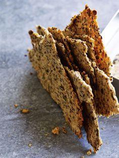 Hjemmebagt knækbrød er faktisk utrolig nemt at lave, og de tynde, sprøde, fiberrige godbidder er ren selvforkælelse.