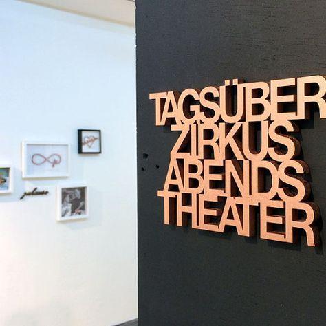 Tagsüber Zirkus abends Theater – 21 x 13,5 cm Inf…