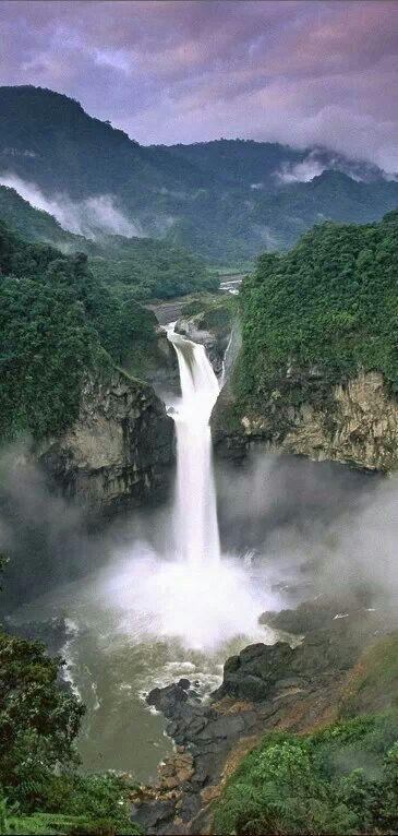La cascada de San Rafael, en la provincia del Napo, en la Amazonía ecuatoriana, es la más grande del país, y es imposible acercarse demasiado por la fuerza de la caída del agua.