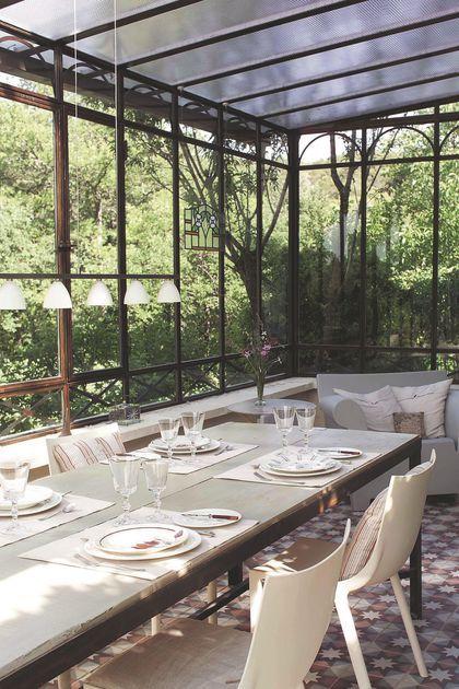 Un espace repas convivial dans la véranda
