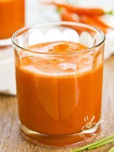 Centrifugato di curcuma carote e arance: un cocktail fresco e dissetante per dare il benvenuto all'estate e rinvigorire il corpo con vitamine e curcumina
