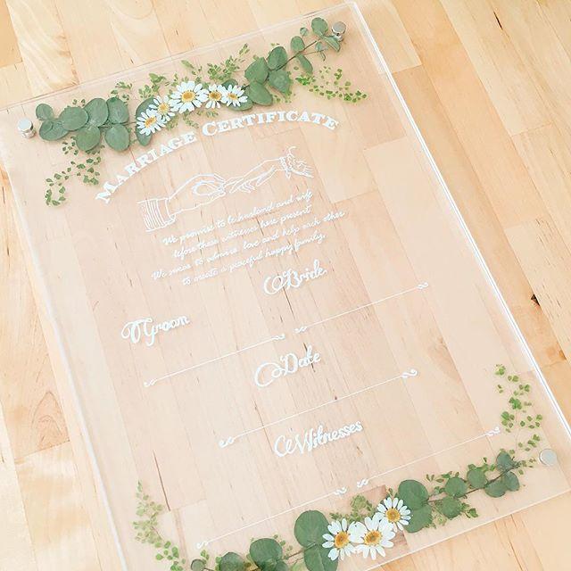 . . 今週末は大切な友達の結婚式! 結婚証明書を作らせてもらいました。 . . 当日が楽しみー! 素敵な式になるんだろうなー。 .  . #結婚おめでとう#結婚証明書#DIY#スノーポール#花言葉 は#愛情#誠実#二人にぴったりの花#当日は全力でお祝いします#卒花# . .