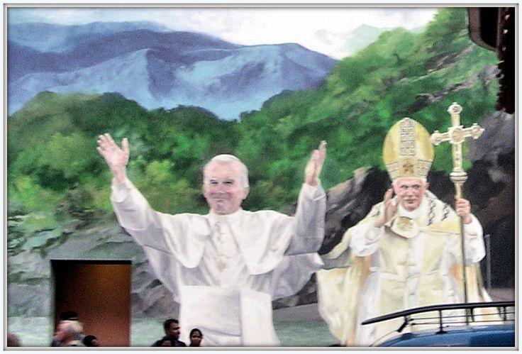 San Giovanni Paolo II e Papa Benedetto XVI.- Murales a Lourdes (2009)
