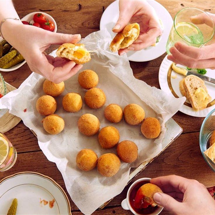 Ziemniaczane kuleczki z serem żółtym przypominają w smaku rewelacyjne pulpeciki. Kulki ziemniaczane podawaj z ketchupem na przyjęciu - na jeden chaps!