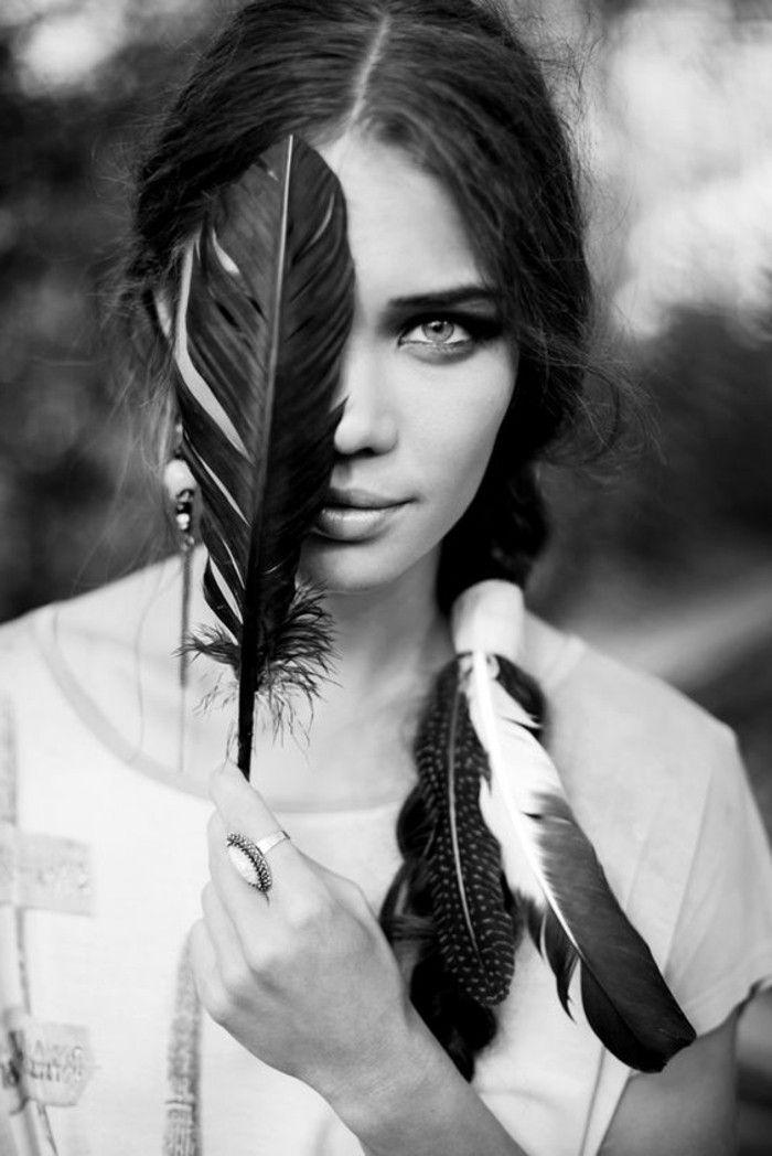 plume dans les cheveux photo en blanc et noir