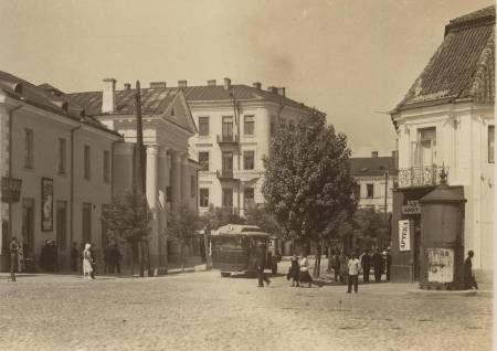 Stare fotografie Białegostoku od pewnego czasu pojawiają się w internecie. W tej kolekcji zdjęć można zobaczyć, jak bardzo zniszczone było miasto po najeździe hitlerowców w 1941 roku, ale też zobaczyć żydowskie kobiety i członków białoruskiego chóru.  Wszystkie te zdjęcia pojawiają się na Facebooku na stronie Białoruś na starych zdjęciach. W specjalnym folderze poświęconym Białemustokowi oprócz pocztówek dobrze znanych z książek przygotowanych przez Tomasza Wiśniewskiego pojawiły się…