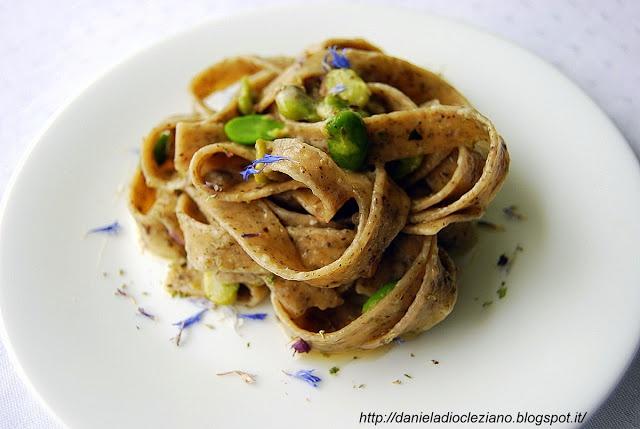 Tagliatelle ai tre basilici con fiori eduli e gorgonzola e Olio Flaminio Delicato by http://danieladiocleziano.blogspot.it