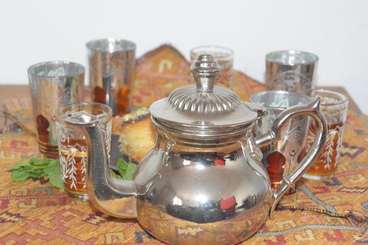 Es la hora del té y hoy lo servimos como en Marruecos en pequeños vasos de caña, plateados y decorados con diversos colores. El té posee un intenso sabor dulce y un aroma a menta. ¿Nos acompañáis? #teatime #te #tea #marrakechtea