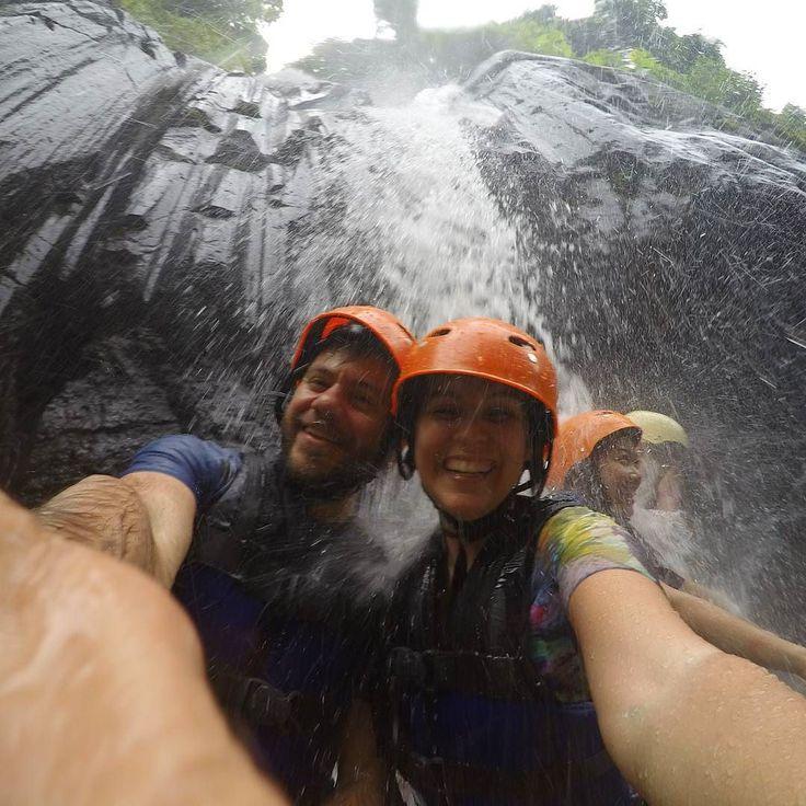 Ο καταρράκτης βαράει αλλα οχι μόνο δε μασάμε το διασκεδάζουμε κιόλας! #happytraveller Σας ευχαριστούμε για ολα τα ομορφα που μας γραφετε απο χθες στο για το βιντεο που ανέβασα. Σας αγαπάμε!! #travelcouple #explore #traveler #waterfall #rafting #bali #travel #adventure