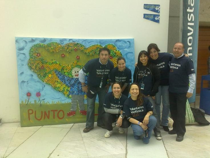 Día Internacional del Voluntario Telefónica 2012, mural para punto limpio hecho con tapas de botellas plásticas