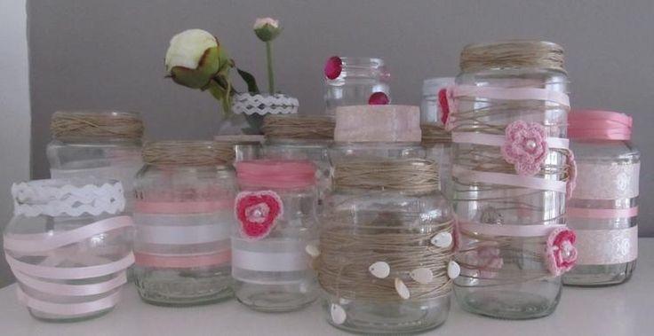 Allemaal lege glazen potjes tover je gemakkelijk om tot leuke waxinelichthouders of bloemenvaasjes. Zelf ga ik de tafels ermee aankleden tijdens onze bruiloft.